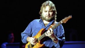 "Ed King, o ex-guitarrista do Lynyrd Skynyrd creditado por co-escrever ""Sweet Home Alabama"", morreu aos 68 anos de idade."
